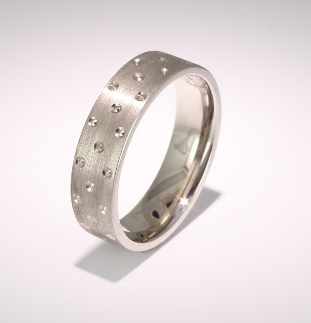 Patterned Designer White Gold Wedding Ring - Cuidado